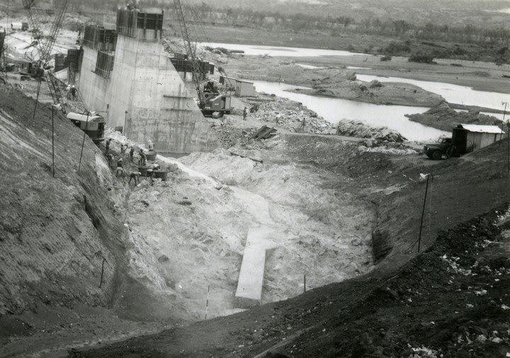 1961-10-ca East embankment foundations and concrete cut off (point)-Crop - KHS-1998-8-nu-P4-D